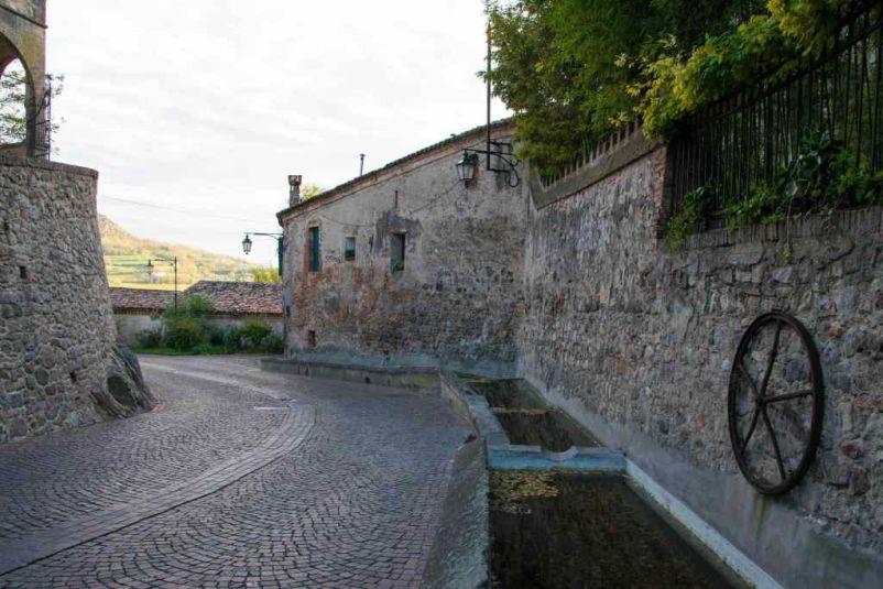Lavatoio sulla strada che sale al borgo di Arquà Petrarca