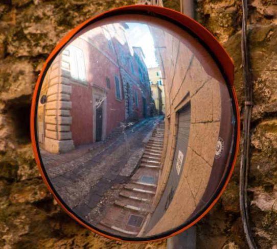 via di perugia in uno specchio