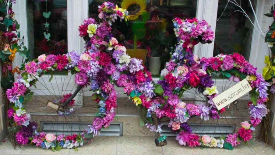 bici colorata e ricoperta di fiori vista a Budapest in un giorno