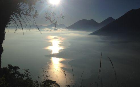 Vista dall'alto e fra le nebbie il lago Atitlan