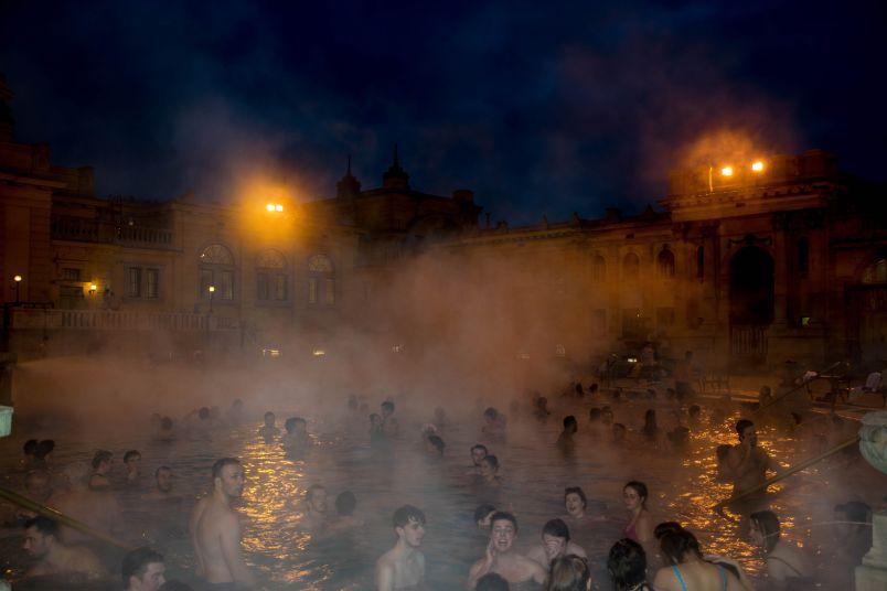 momento di svago alle terme in una delle piscine esterne da fare a Budapest in un giorno