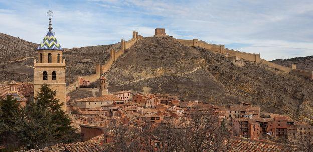 foto di Albarracin con la sua cinta muraria