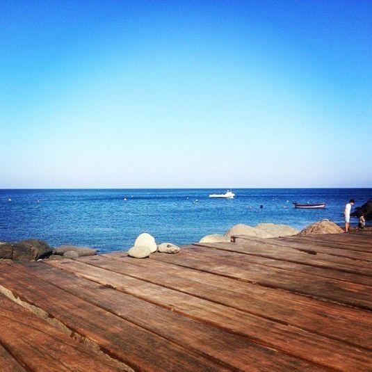 cala tramontana una delle più frequentate perché provvista di pontile in legno sull'isola di pantelleria