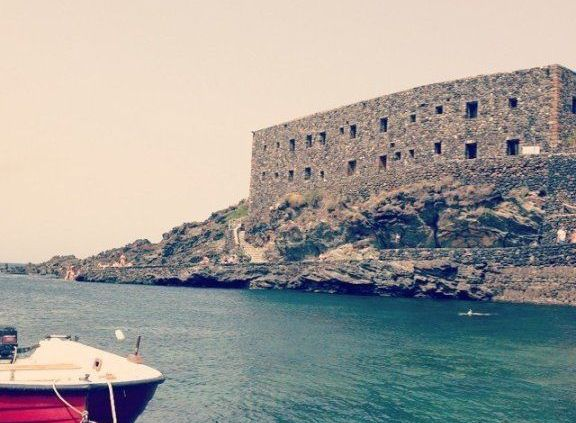 scorcio di pantelleria con barca ed edificio