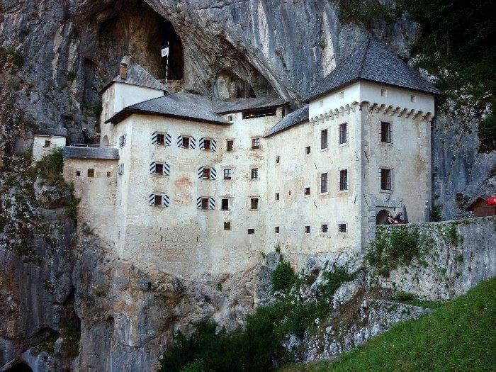 veduta sul castello di Pradjama