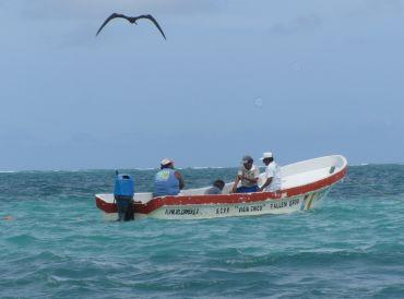 foto di messicani in barca durante la pesca