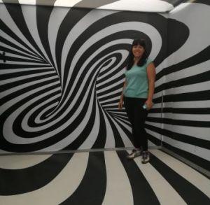 Se visiti zagabria in un giorno non puoi evitare di visitare il museo delle illusioni, questa è una stanza in bianco e nero con me all'interno foto home