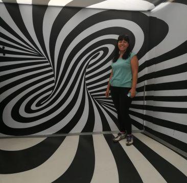 Se visiti zagabria in un giorno non puoi evitare di visitare il museo delle illusioni, questa è una stanza in bianco e nero con me all'interno