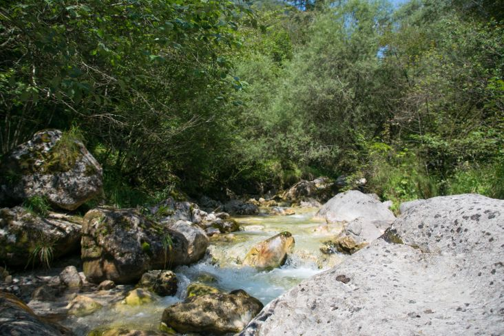 corso d'acqua fra le rocce bianche