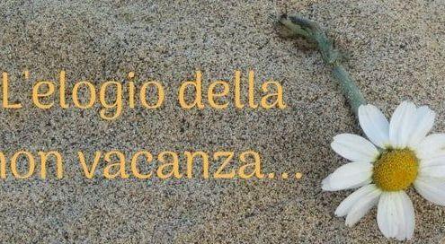 scritta elogio della non vacanza e immagine di sabbia e margherita