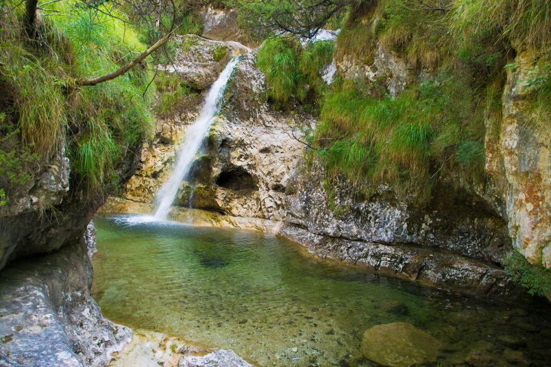 marmitta con cascatella nel lago del mis e i dintorni