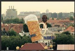 birra gigante in uno stand