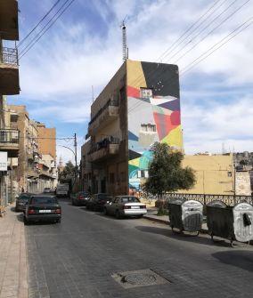 Murales colorato che ravviva il paesaggio urbano
