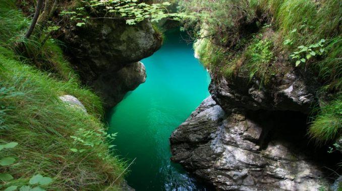 Frangente di roccia con lago del mis perfettamente pulito come il nostro contributo all'ambiente può essere utile