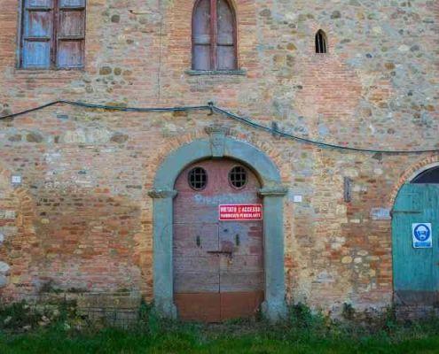 foto di salci in Umbria e le tre porte con scritto purgatorio, inferno e paradiso