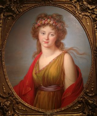 ragazza con capelli rossi e corona di fiori fra i capelli