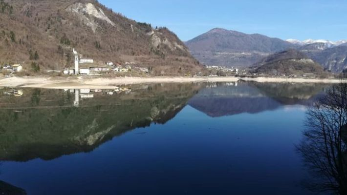 Immagine del lago di Arsiè vicino a Feltre