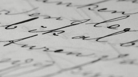 wanderlust, globetrotter, travelholic è il titolo dell'articolo con un'immagine di parole scritte con l'inchiostro nero su un foglio bianco