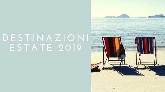 Scritta destinazioni estate 2019 e foto di sdraie in spiaggia