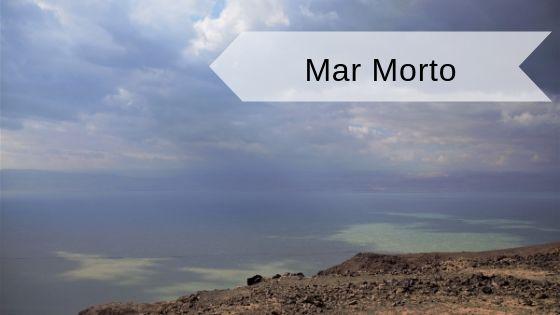 Galleggiare nel mar Morto vista sul mare