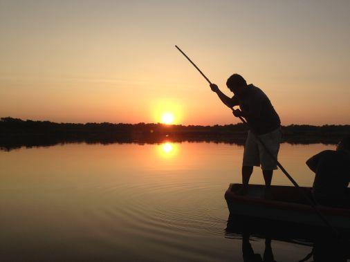 pescatore all'alba a monterrico che sa il destino del suo nahual maya