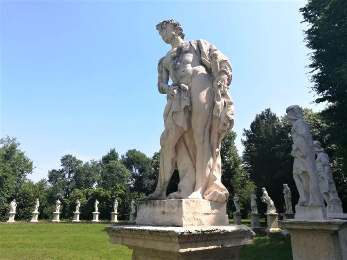 statua di orazio marinali al giardino bolasco