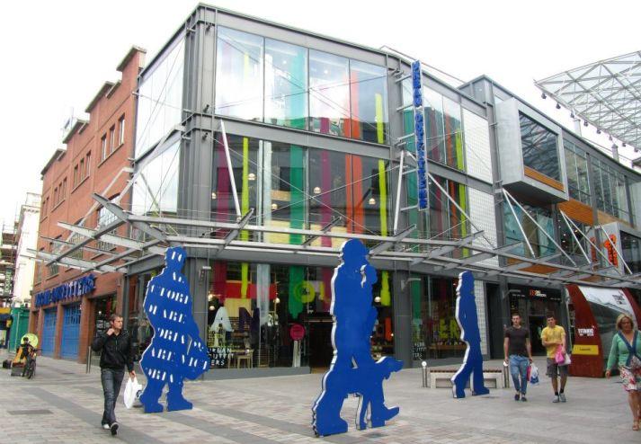 Strada cittadina e commerciale a Belfast, città da visitare fra la top 10 Irlanda