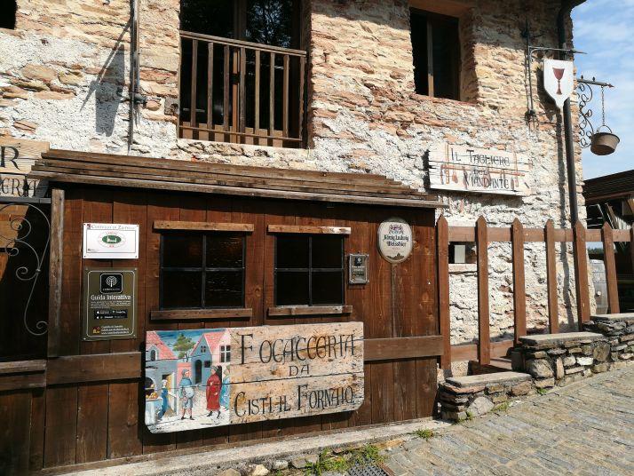 Immagine dell'interno delle mura del castello con veduta su una delle taverne presenti