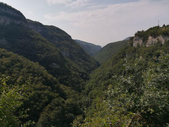 La valle che circonda il borgo di Molina