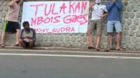 Rizki dan kawan-kawannya yang memasang Spanduk Rakyat di Desa Bungur Kecamatan Tulakan Kabupaten Pacitan