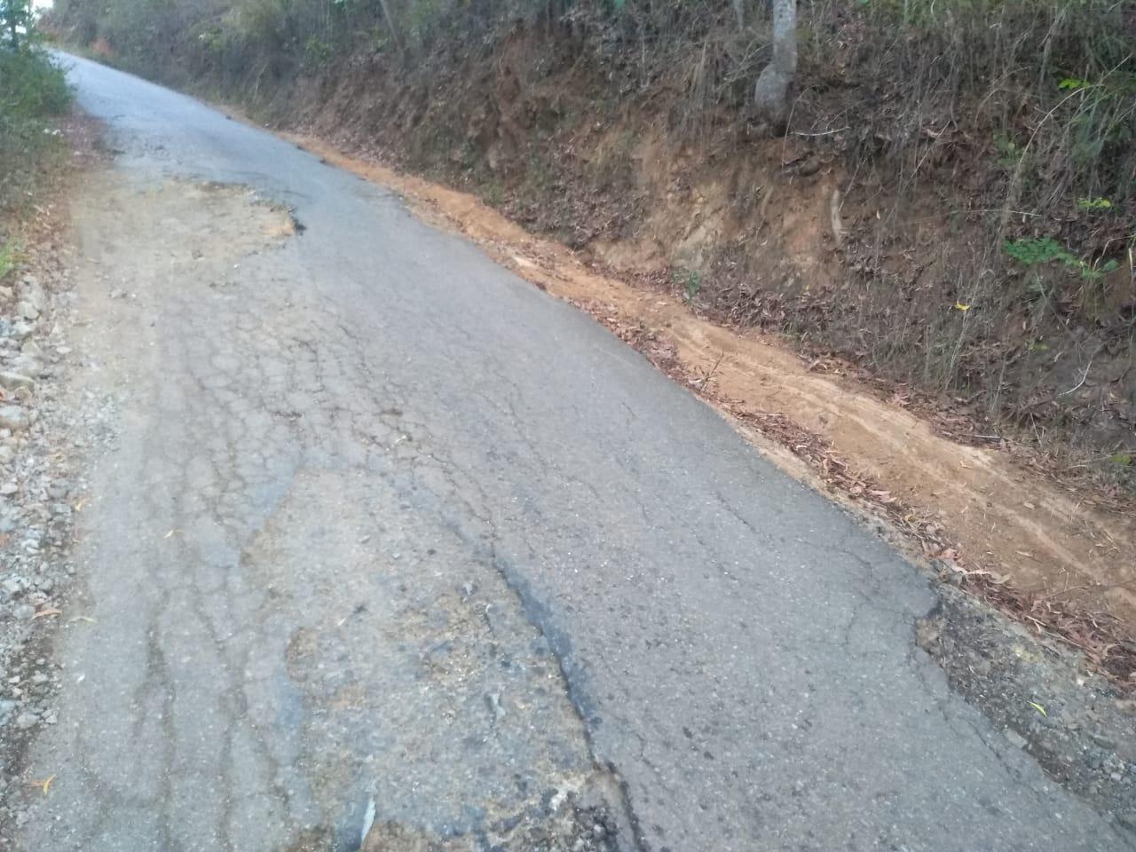 Jalan yang rusak di Kabupaten Pacitan