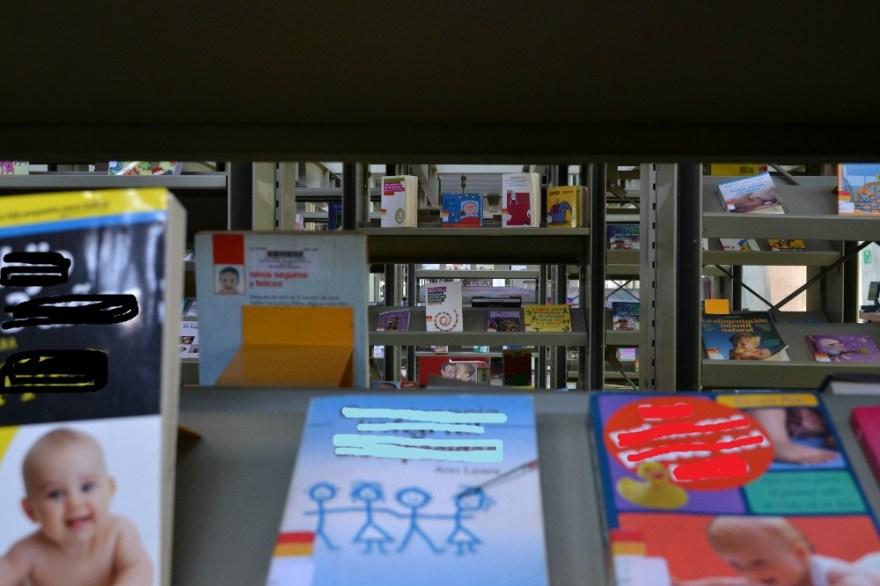 メキシコシティの図書館の本棚の写真