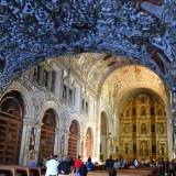 メキシコ・オアハカのサントドミンゴ教会入口から見た内部の写真