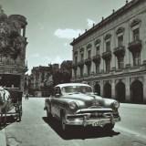 キューバ・ハバナのクラシックカータクシーと馬車(白黒)の写真