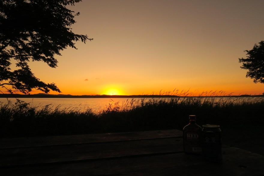 北海道浜頓別クッチャロ湖畔キャンプ場 (夕焼けとお酒)の写真