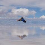 鏡張りウユニ塩湖でブレイクダンスしてる写真