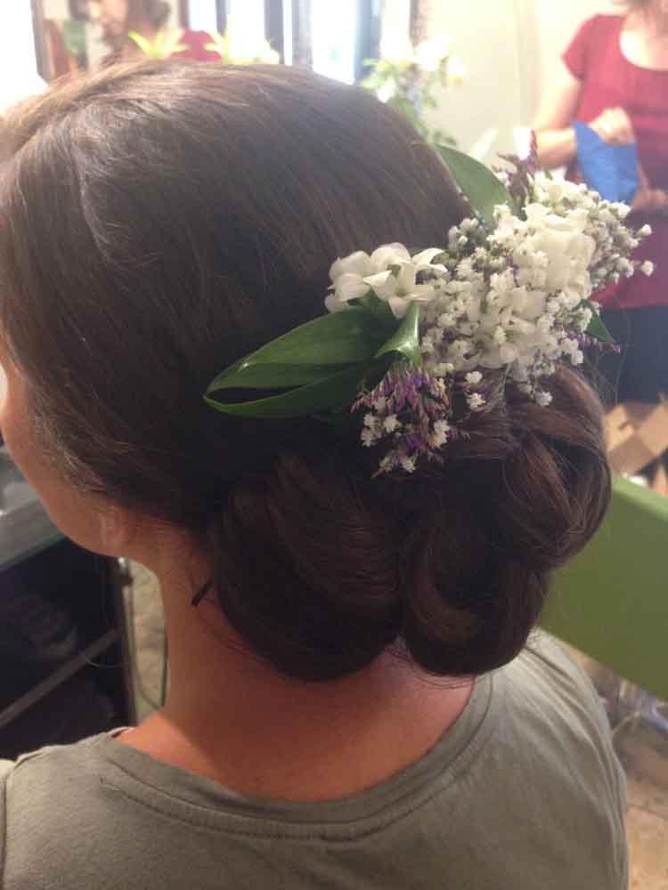 Frisur mit Blumen verschönert