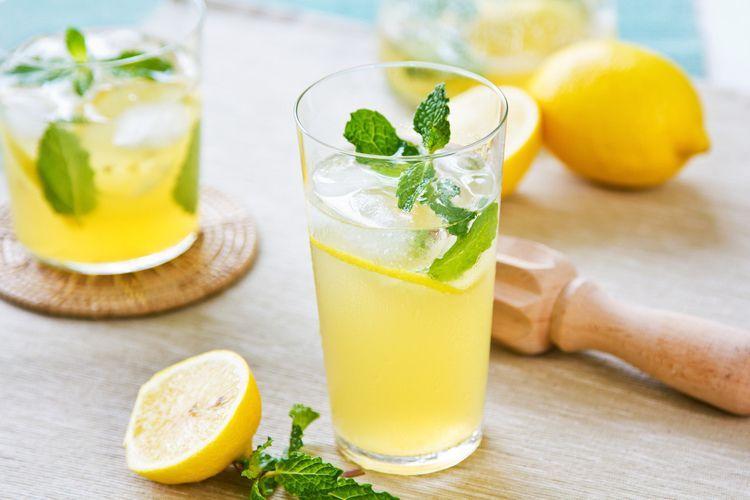 Gezonde citroenlimonade met verse munt