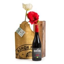 cadeaupakket of kerstpakket met fairtrade vase cover en fles rode wijn