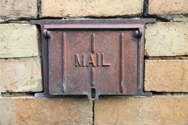 Bruine brievenbus gemetseld in muur afbeelding categorie brievenbuspakjes