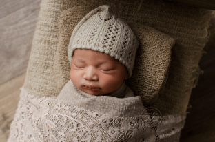 newborn-harlow-rustic-bed-brown-wrap-lace-quilt-baby-photos-ottawa-sleepy-time-bonnet