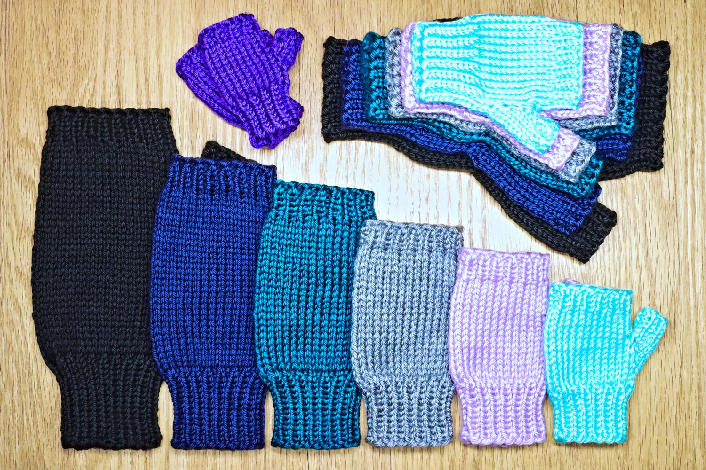 Basic fingerless glove knitting pattern from Liz Chandler @PurlsAndPixels.