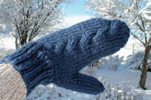 Subtle Cable Knit Mittens, knitting pattern designed by Liz Chandler @PurlsAndPixels