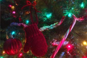 Mitten Holiday Ornament Free Knitting Pattern from Liz @PurlsAndPixels