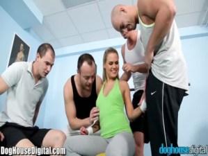 Imagen Rubia Puta Coge Con Cuatro Hombre En Gym