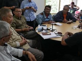 Alqaf Hudaya SH ketua Tim PAM memberikan keterangan pers di Sekretariat TIM PAM - pabrik gula colomadu