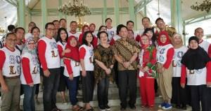 KGPAA Mangkunegoro IX dan GKP Mangkunegoro IX bersama staf pengajar FH UI (1)