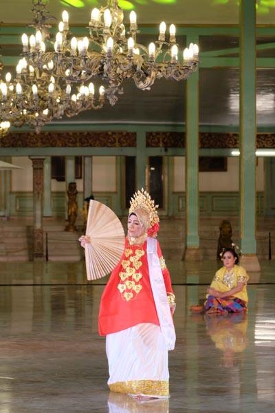 Munasiah-Daeng-Jinne menampilkan tari Pakarena