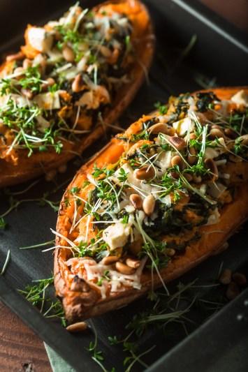Rezept für gefüllte Süßkartoffel mit Spinat, Fetakäse, Parmesan und Pinienkernen. Rezept und Foodstyling von Purple Avocado / Sabrina Dietz