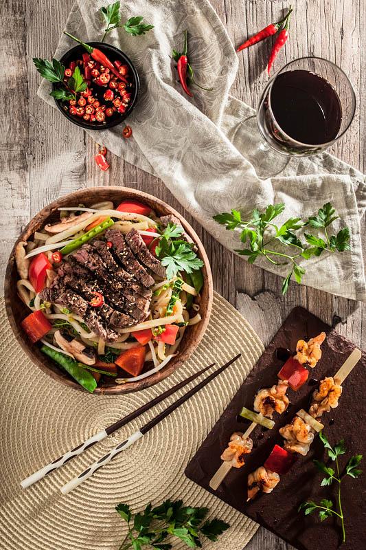 Food Fotografie und Foodstyling Auftragsarbeit für MoschMosch. Sabrina Dietz // Purple Avocado - Nudeln mit RInd und Yakitori Spieße
